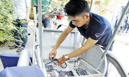 Sinh viên chế xích lô chạy bằng năng lượng mặt trời - 1