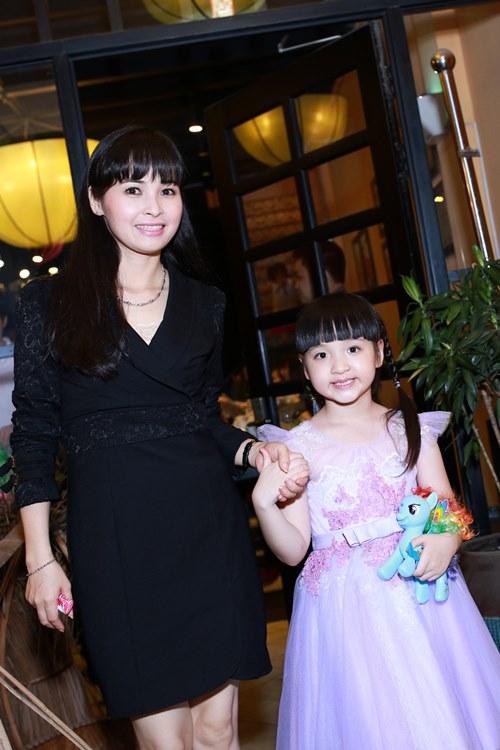 Ca sĩ Trang Nhung nuôi con mỗi tháng tốn hàng trăm triệu - 3