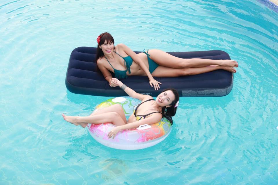 Chị em Hà Anh mặc bikini gợi cảm dự tiệc bên bể bơi - 1