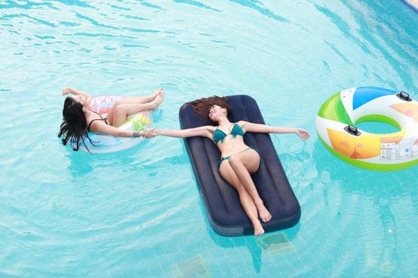 Chị em Hà Anh mặc bikini gợi cảm dự tiệc bên bể bơi - 4