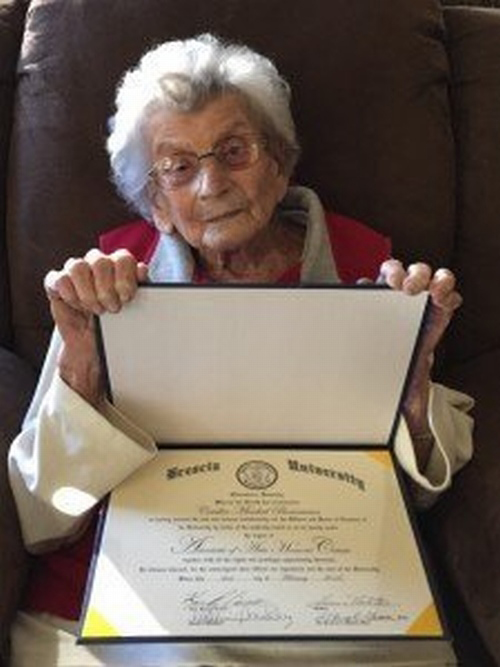 Bà cụ 102 tuổi được cấp bằng tốt nghiệp sau hơn 60 năm chờ đợi - 1