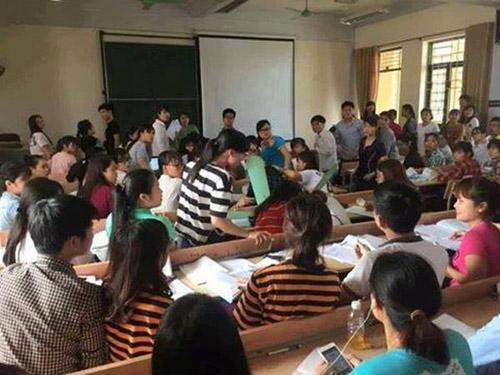 Đang ngồi học, 2 sinh viên bị quạt trần rơi vào đầu - 1
