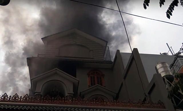 TPHCM: Biệt thự bốc cháy giữa trưa, khói đen mù trời - 1