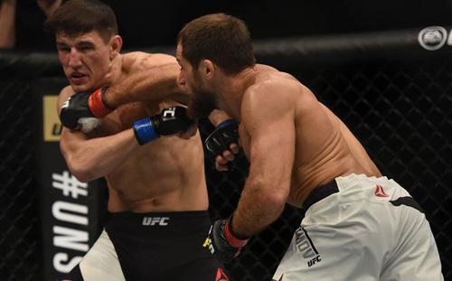 UFC: Chàng lùn tay ngắn vẫn knock-out đối thủ - 1