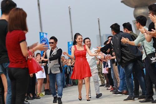 """Lộ diên """"bộ ba quyền lực"""" Vietnam Idol ngày đầu tiên - 2"""