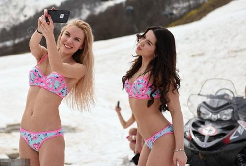 Gái trẻ Nga mặc bikini trượt tuyết phá kỷ lục thế giới - 2