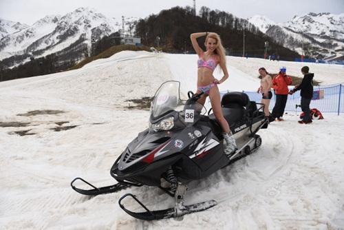 Gái trẻ Nga mặc bikini trượt tuyết phá kỷ lục thế giới - 6