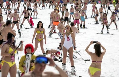 Gái trẻ Nga mặc bikini trượt tuyết phá kỷ lục thế giới - 7
