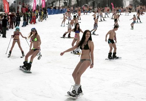 Gái trẻ Nga mặc bikini trượt tuyết phá kỷ lục thế giới - 8