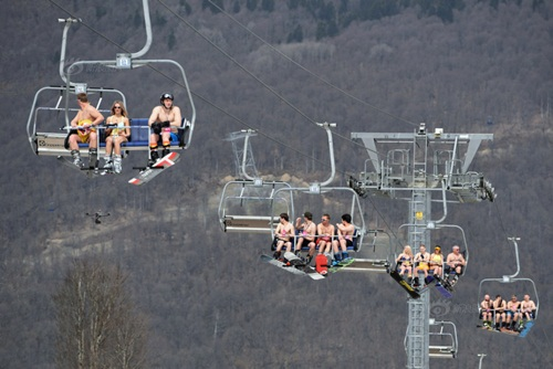 Gái trẻ Nga mặc bikini trượt tuyết phá kỷ lục thế giới - 9