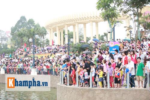 Vạn người xem Hội thi bơi chải dịp giỗ Tổ Hùng Vương - 4