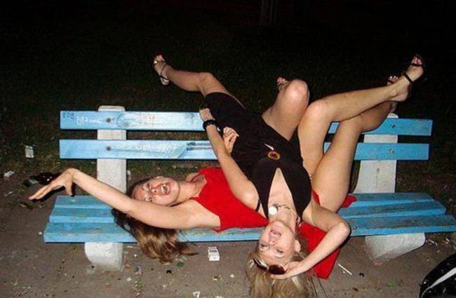 """May mà có cái ghế  """" mọc """"  ra cho chị em mình nằm!"""