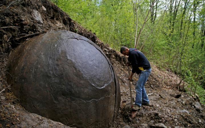Phát hiện khối cầu đá khổng lồ bí ẩn trong rừng ở Bosnia - 1