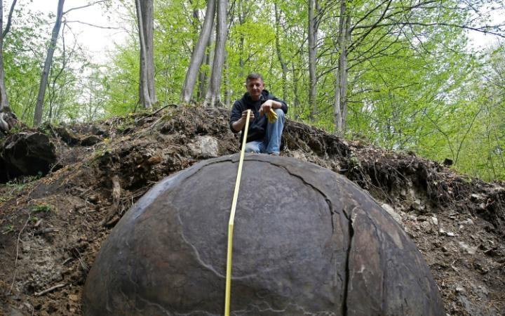 Phát hiện khối cầu đá khổng lồ bí ẩn trong rừng ở Bosnia - 3