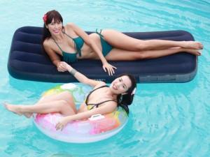 Chị em Hà Anh mặc bikini gợi cảm dự tiệc bên bể bơi