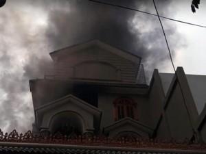 TPHCM: Biệt thự bốc cháy giữa trưa, khói đen mù trời