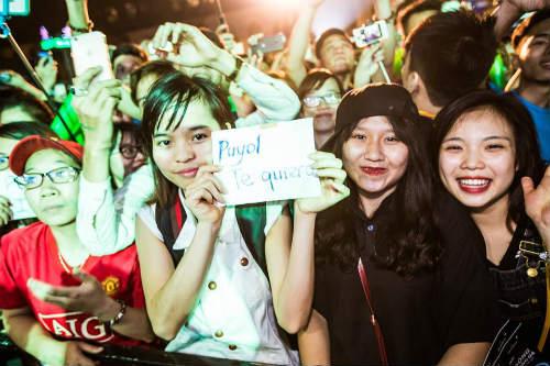 Fan nữ Hà Nội sướng không thể tả nổi khi gặp Puyol - 4