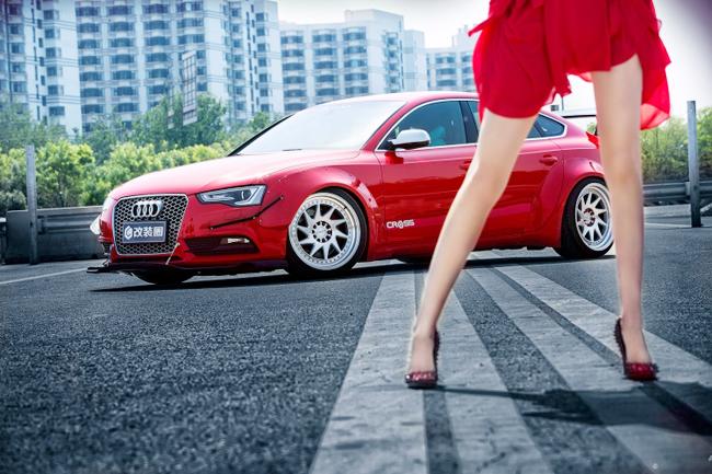 Siêu mẫu khoe đường cong sexy bên Audi