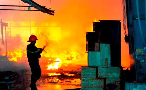 Lính cứu hỏa vật lộn với biển lửa đỏ rực ở xưởng gỗ - 1