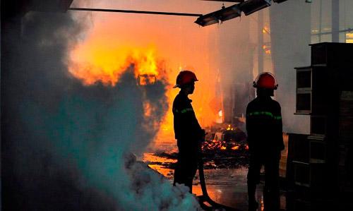 Lính cứu hỏa vật lộn với biển lửa đỏ rực ở xưởng gỗ - 2