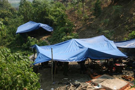4 phu vàng ngạt khí: Huyện nói nạn nhân chỉ đào đất đá - 2