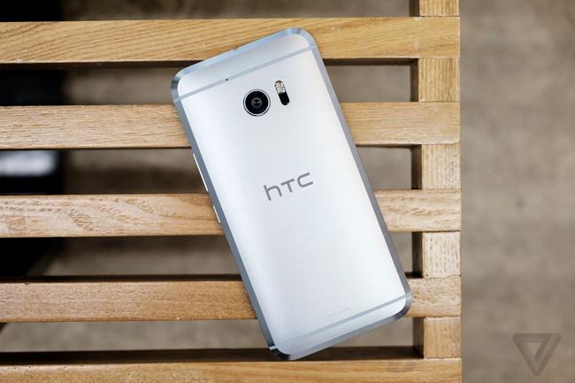 Điện thoại thông minh HTC 10 vẫn sở hữu triết lý thiết kế từng có trên các phiên bản tiền nhiệm, nhưng cũng đã có sự cách tân với các đường cắt mạnh mẽ và táo bạo hơn rất nhiều. Tuy nhiên chiếc smartphone này nhìn có phần hơi nam tính nếu người dùng là một cô gái.