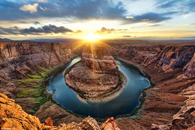 Bắt đầu từ tình yêu du lịch và nhiếp ảnh, Julien Grondin đã dành ba năm trời lang thang khắp nơi trên thế giới để chụp lại cảnh bình minh và hoàng hôn đẹp rực rỡ. (Ảnh: Khúc quanh hình móng ngựa - Horseshoe Bend - của sông Colorado, bang Arizona, Mỹ).