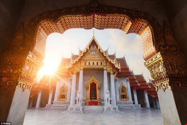 Ý tưởng được ra đời vào năm 2013 khi Julien muốn dành thời gian cho đam mê du lịch và nhiếp ảnh. Không giống như những người khác, anh chọn ánh nắng của những bình minh rực rỡ hoặc những hoàng hôn dịu nhẹ làm đề tài cho hàng loạt bức ảnh của mình. (Ảnh: Ánh mặt trời le lói qua khung cửa một ngôi chùa ở thủ đô Bangkok, Thái Lan).