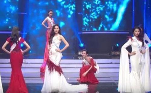Người đẹp Tiền Giang hốt hoảng vì ngã trên sàn diễn - 1