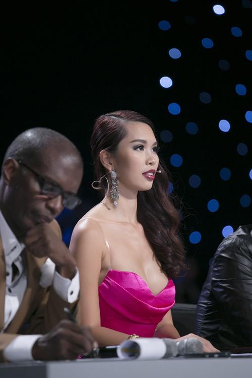Người đẹp Tiền Giang hốt hoảng vì ngã trên sàn diễn - 4