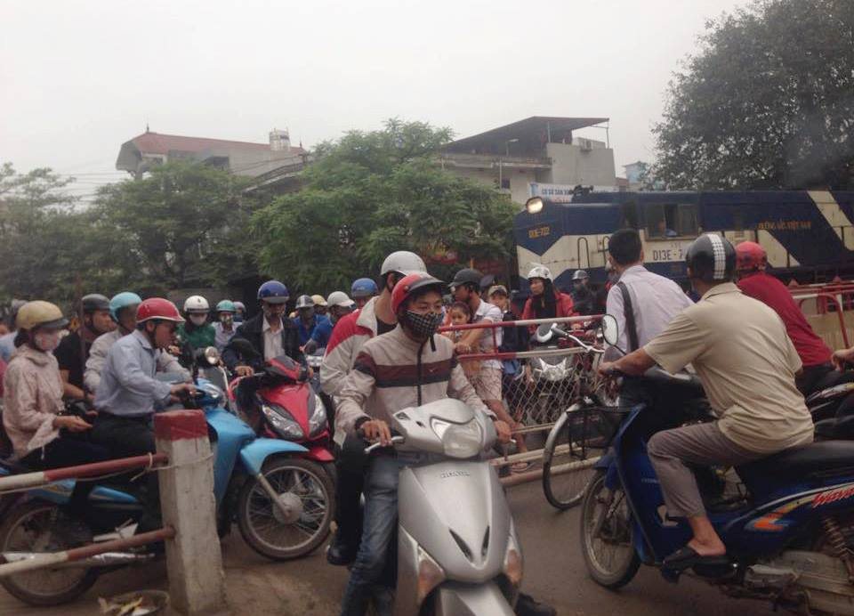 Hà Nội: Tàu hỏa phải phanh gấp nhường đường cho xe máy - 1