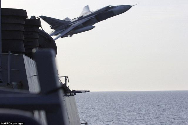 """Máy bay Su-24 Nga """"tấn công giả lập"""" tàu khu trục Mỹ - 1"""