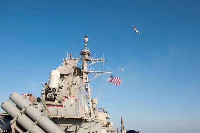 """Máy bay Su-24 Nga """"tấn công giả lập"""" tàu khu trục Mỹ - 2"""