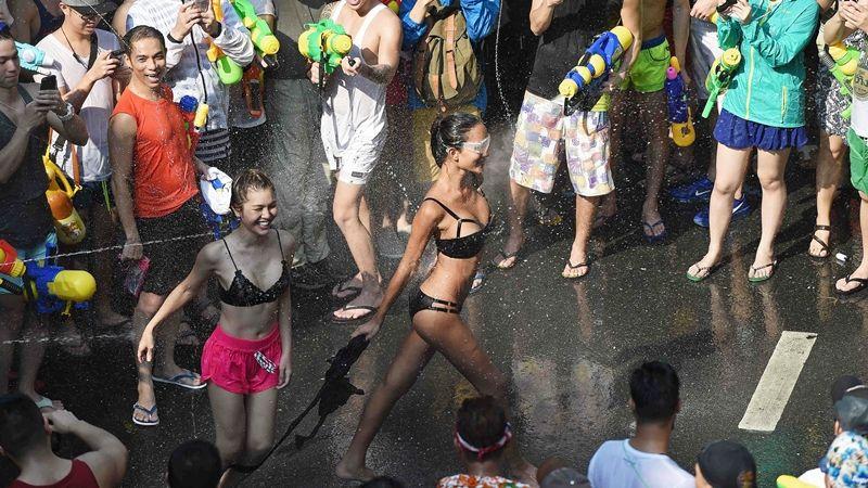 Bikini, soóc ngắn đẫm nước ngập tràn phố Thái Lan - 1