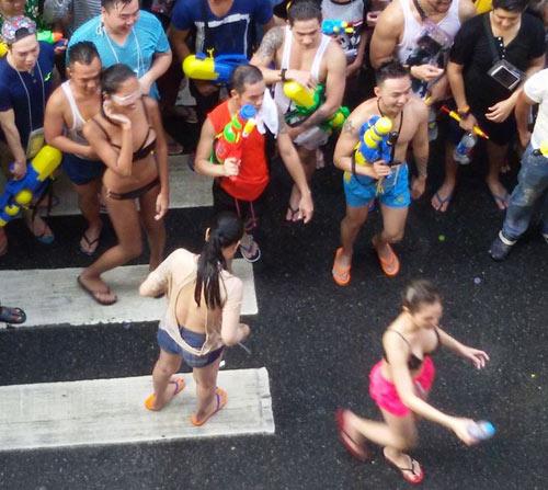 Bikini, soóc ngắn đẫm nước ngập tràn phố Thái Lan - 4