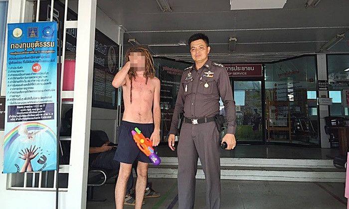 Bikini, soóc ngắn đẫm nước ngập tràn phố Thái Lan - 5