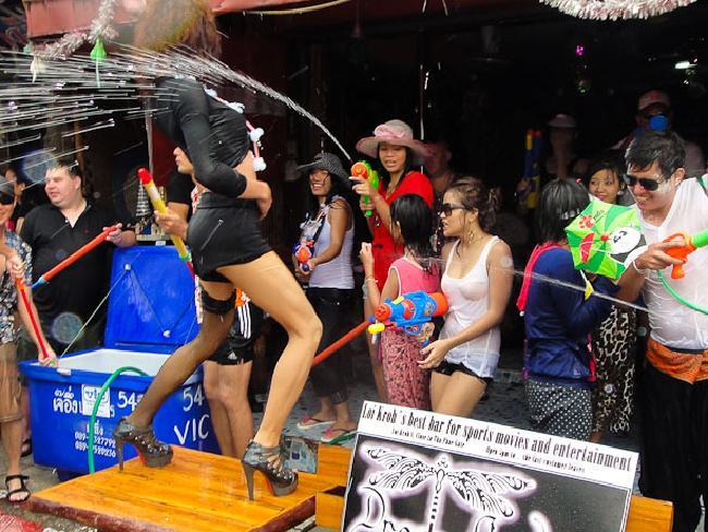 Bikini, soóc ngắn đẫm nước ngập tràn phố Thái Lan - 9