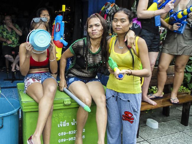 Bikini, soóc ngắn đẫm nước ngập tràn phố Thái Lan - 7