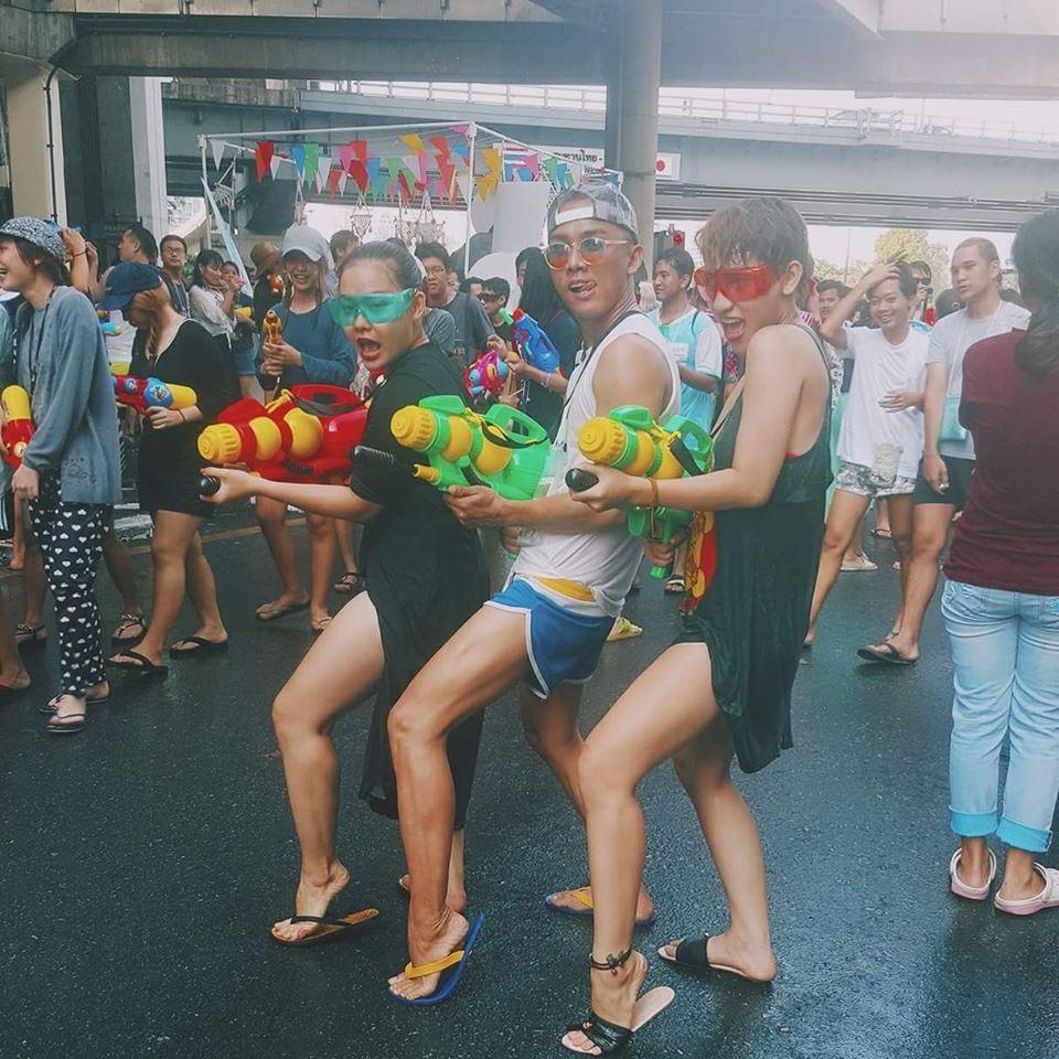 Bikini, soóc ngắn đẫm nước ngập tràn phố Thái Lan - 12