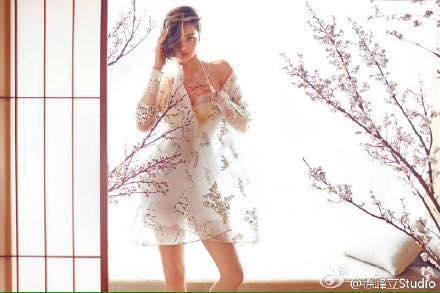 Miranda Kerr đầy mê hoặc với nội y và váy trong suốt - 4