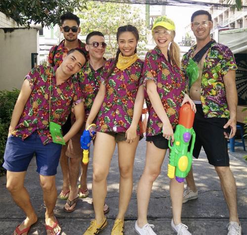 Bikini, soóc ngắn đẫm nước ngập tràn phố Thái Lan - 11