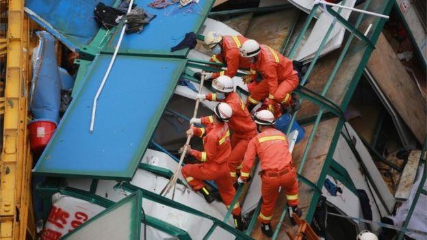 TQ: Gió thổi sập cần cẩu, 18 người thiệt mạng - 1