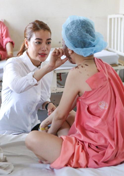 Trương Ngọc Ánh chi 300 triệu sửa mặt cho nữ sinh bị tạt axit - 2