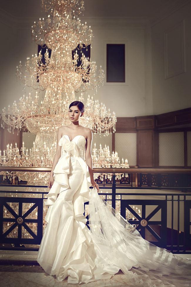 Kèm theo status đó là bức hình một chiếc váy cưới trắng đẹp lộng lẫy. Nhiều người suy đoán, cô em gái sắp lên xe hoa mà ông bầu Khắc Tiệp nhắc tới là người mẫu Kỳ Hân. & nbsp;