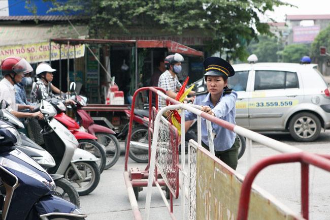 Cận cảnh những pha lách rào chắn, cắt mặt tàu hỏa ở Hà Nội - 5