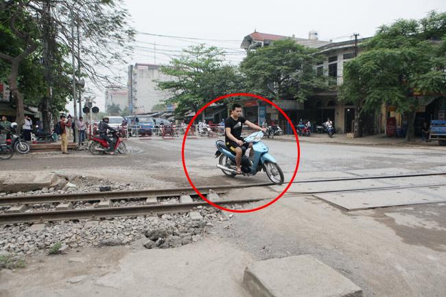 Cận cảnh những pha lách rào chắn, cắt mặt tàu hỏa ở Hà Nội - 7