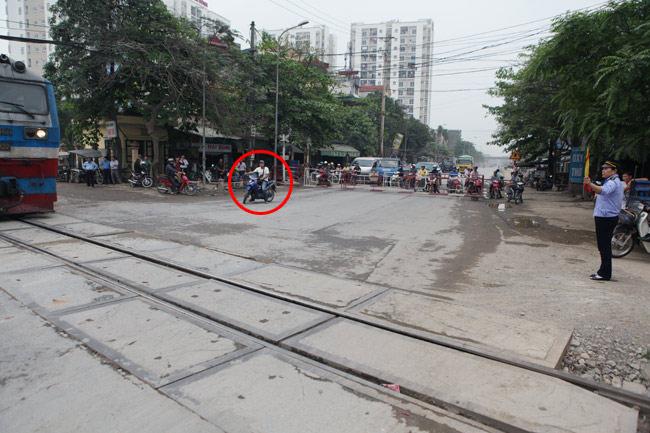 Cận cảnh những pha lách rào chắn, cắt mặt tàu hỏa ở Hà Nội - 4