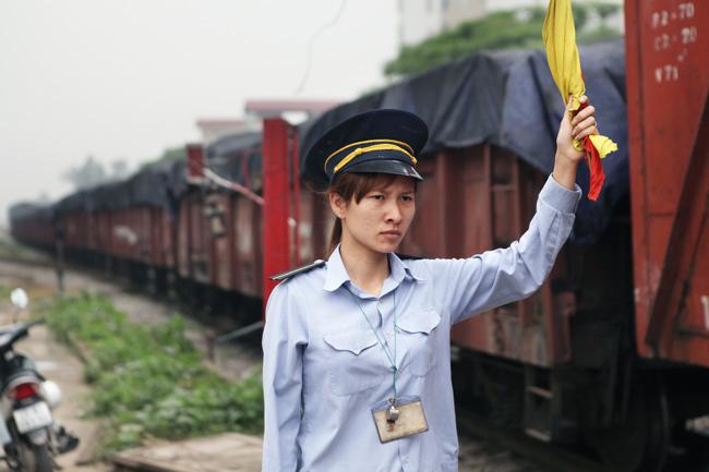Cận cảnh những pha lách rào chắn, cắt mặt tàu hỏa ở Hà Nội - 3