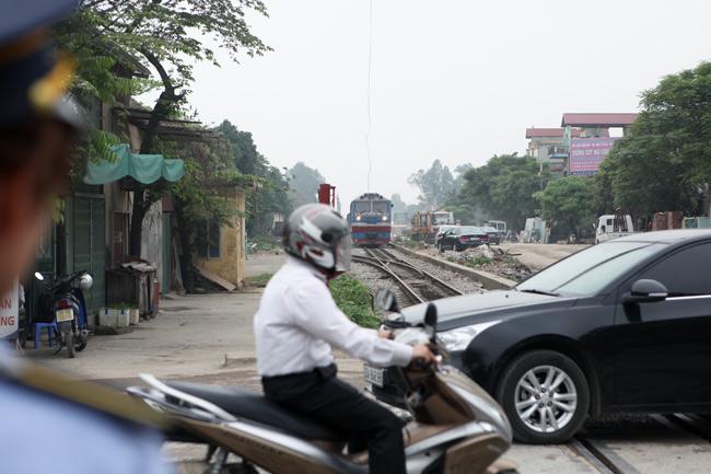 Cận cảnh những pha lách rào chắn, cắt mặt tàu hỏa ở Hà Nội - 10