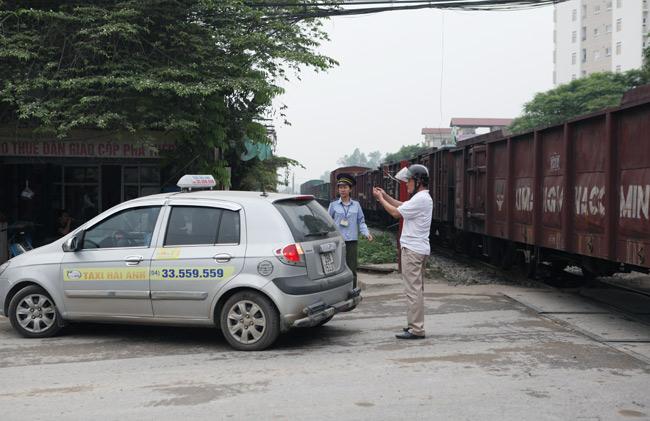 Cận cảnh những pha lách rào chắn, cắt mặt tàu hỏa ở Hà Nội - 12